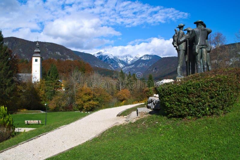 Estátua dos primeiros homens que escalam a montanha de Triglav imagem de stock royalty free
