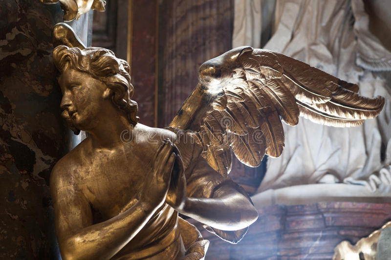 Estátua dourada barroco do anjo da decoração interior da igreja fotografia de stock royalty free