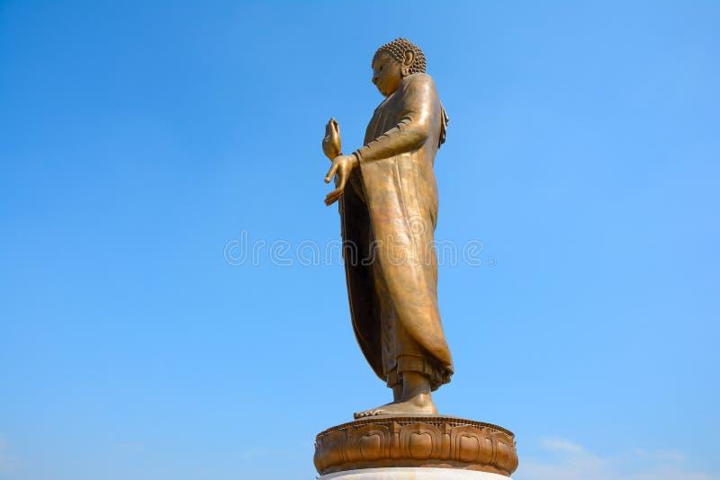 Estátua dourada bonita enorme da Buda fotos de stock royalty free