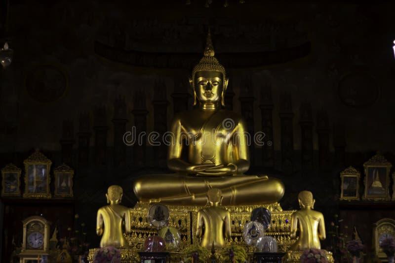 A estátua dourada da Buda é ficada situada na igreja imagem de stock