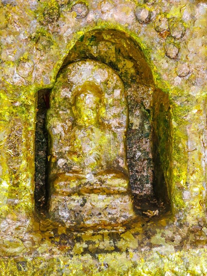 Estátua dourada da Buda de assento em Wat Saket Temple ou na montagem dourada, Banguecoque, Tailândia imagem de stock royalty free