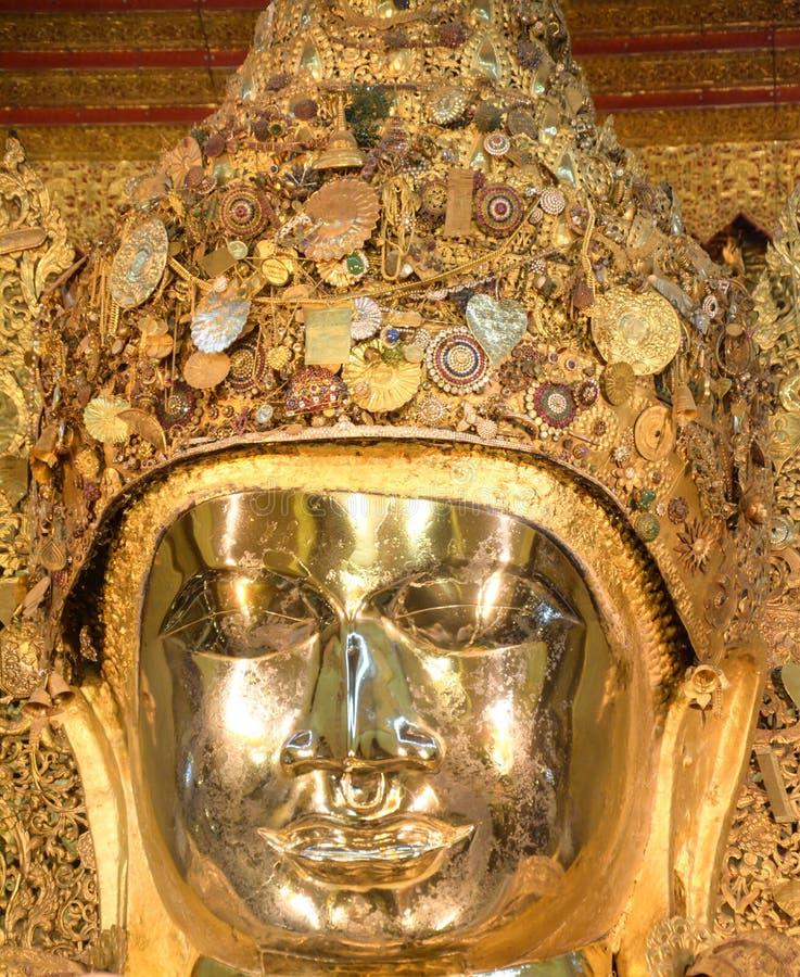 Estátua dourada da Buda de Mahamuni em Mandalay, Myanmar imagens de stock royalty free