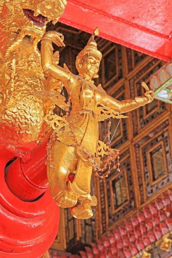 Estátua dourada da Buda do ` s Bell do pagode de Shwedagon, Yangon, Myanmar imagem de stock