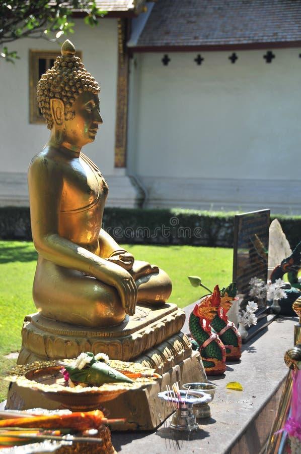 Estátua dourada da Buda em Chiang Mai, Tailândia fotografia de stock royalty free