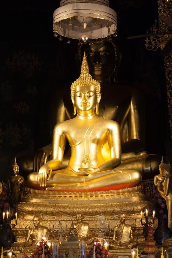 Estátua dourada da Buda na igreja imagens de stock royalty free