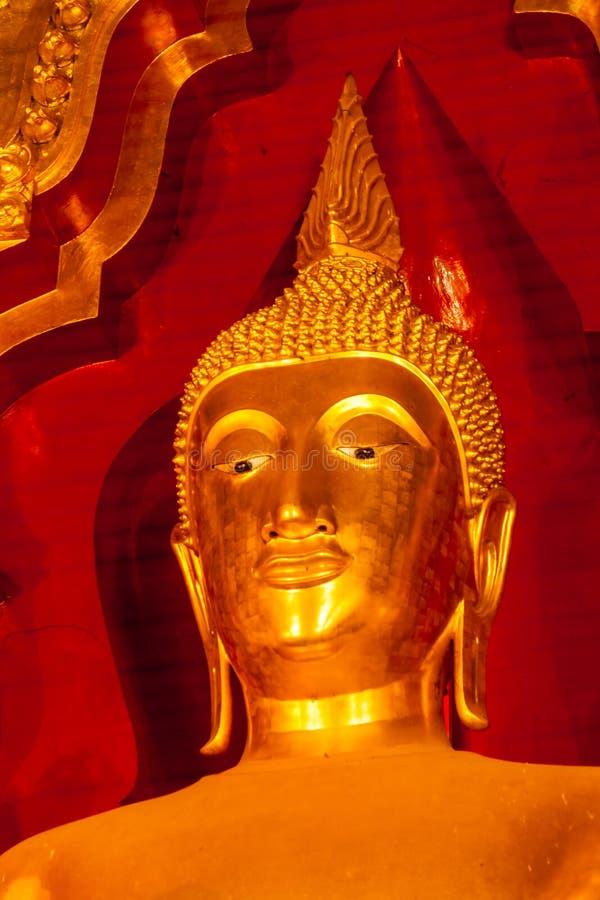 Estátua dourada da Buda na igreja fotos de stock royalty free