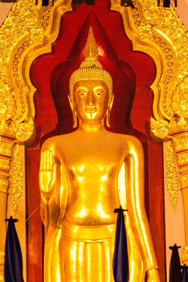 Estátua dourada da Buda na igreja imagem de stock