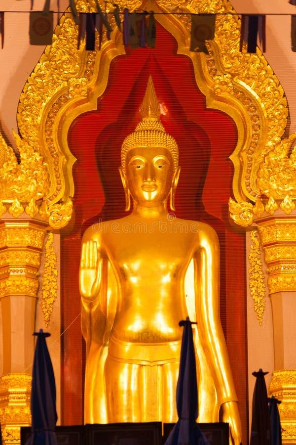 Estátua dourada da Buda na igreja foto de stock royalty free