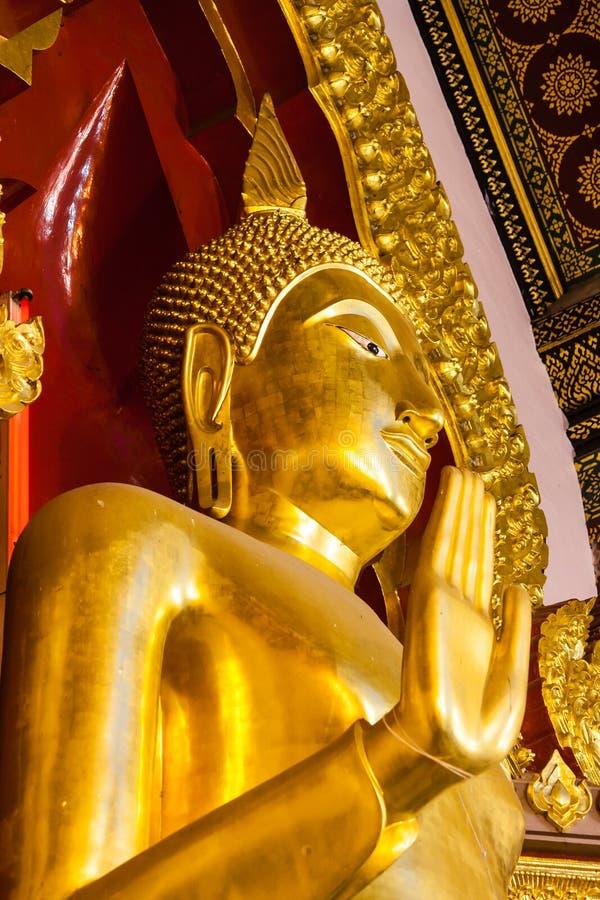 Estátua dourada da Buda na igreja imagens de stock