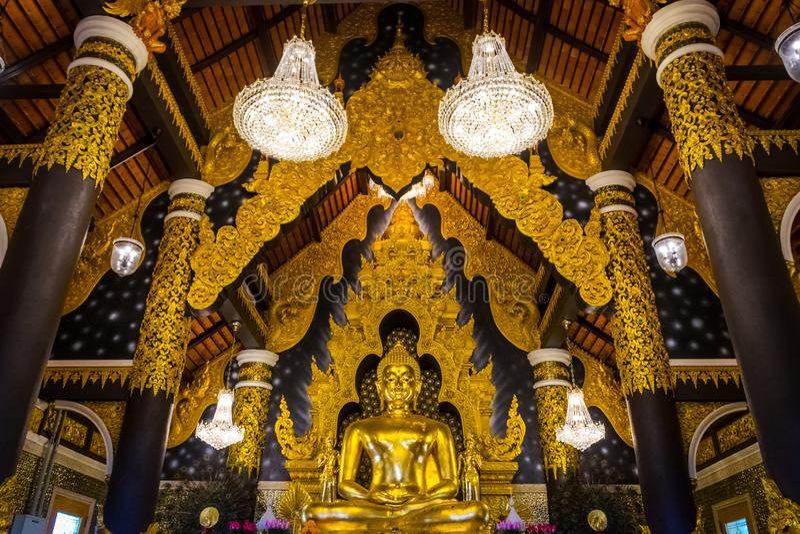 A estátua dourada da Buda na igreja de Wat Phra That Doi Phra Chan, templo em Lampang Tailândia fotografia de stock royalty free