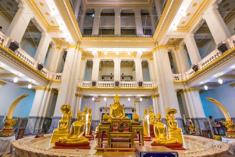 Estátua dourada da Buda na igreja tailandesa do templo, templo de Sothon imagens de stock
