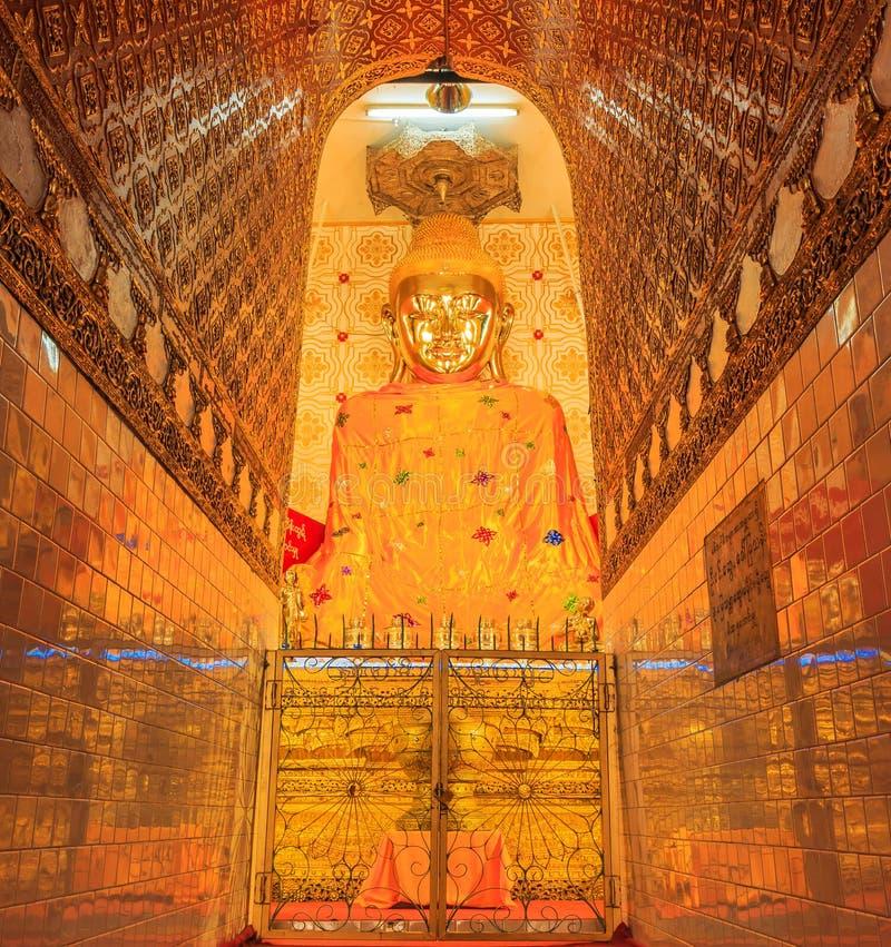 Estátua dourada da Buda no lago Inle de Myanmar fotografia de stock