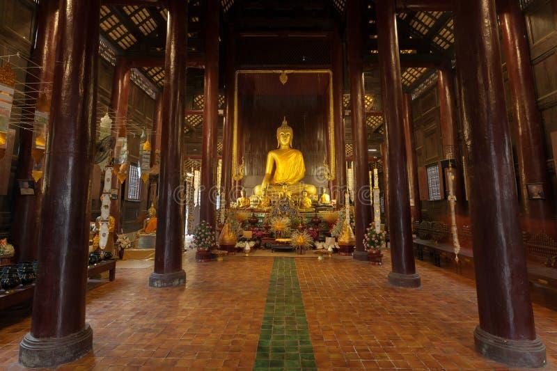 Estátua dourada da Buda no templo fotografia de stock royalty free