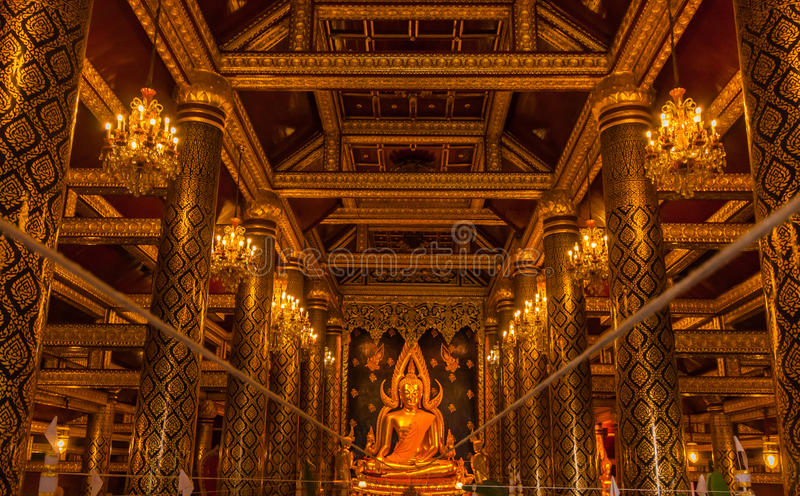 Estátua dourada da Buda no templo da Buda de Tailândia fotografia de stock royalty free