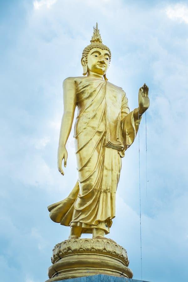 Estátua dourada da Buda que está no parque tailândia foto de stock royalty free