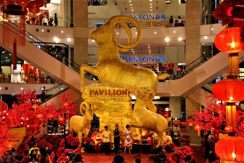 Estátua dourada da cabra no ano de Kuala Lumpur Malaysia The do pavilhão da cabra 2015 imagem de stock