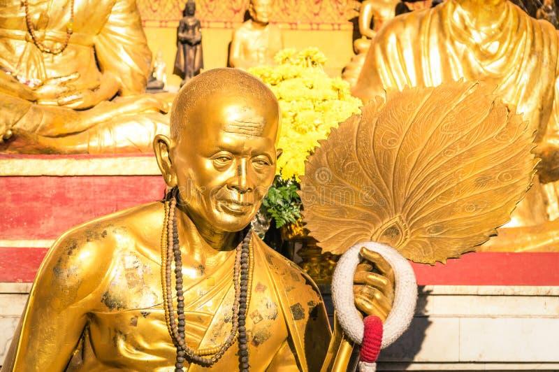 Estátua dourada da monge budista idosa em Chiang Mai fotografia de stock royalty free