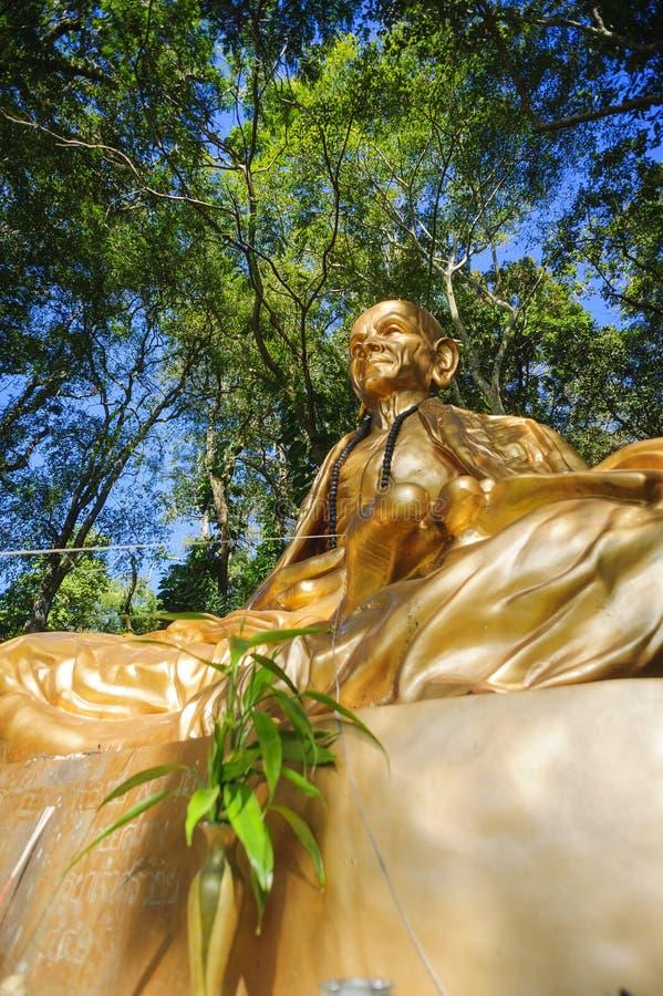 Estátua dourada da monge em Doi Suthep imagens de stock royalty free