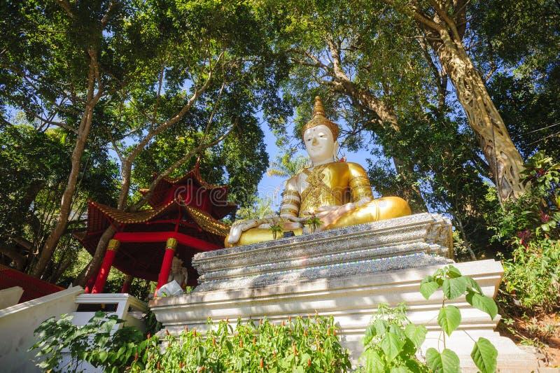 Estátua dourada da monge em Doi Suthep fotos de stock