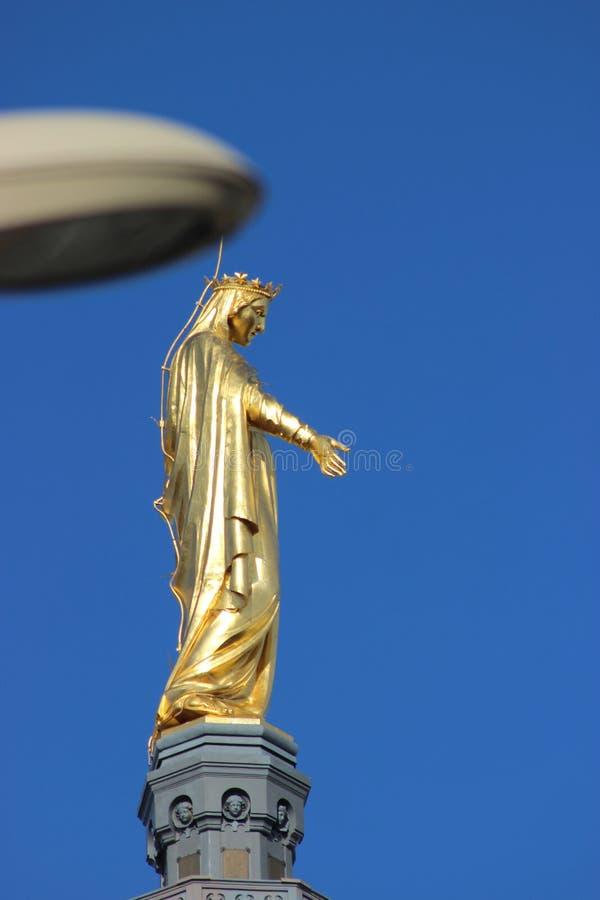 Estátua dourada da Virgem Maria imagem de stock