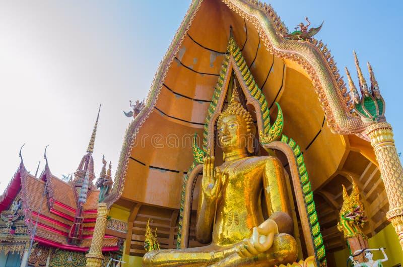 Estátua dourada de buddha com igreja imagem de stock