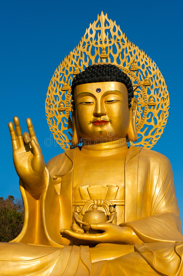 Estátua dourada de Buddha de Sanbanggulsa imagem de stock