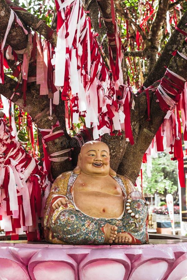Estátua dourada de buddha do chinês do sorriso imagem de stock royalty free