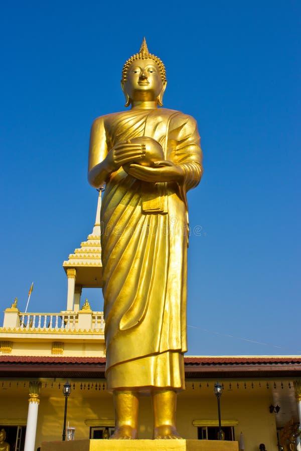 Estátua dourada de Buddha do suporte imagens de stock