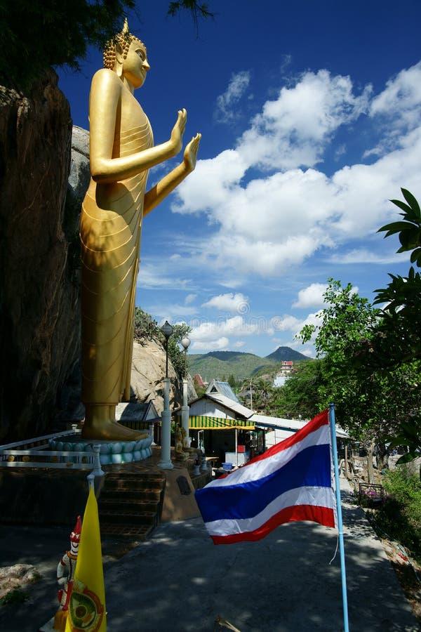 Estátua dourada de Buddha, Khao Takiab imagem de stock