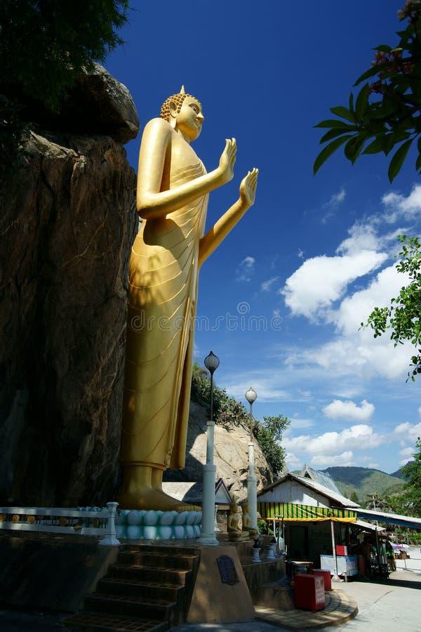 Estátua dourada de Buddha, Khao Takiab imagens de stock
