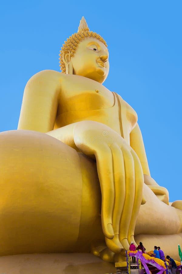 Estátua dourada de buddha no muang do wat foto de stock royalty free