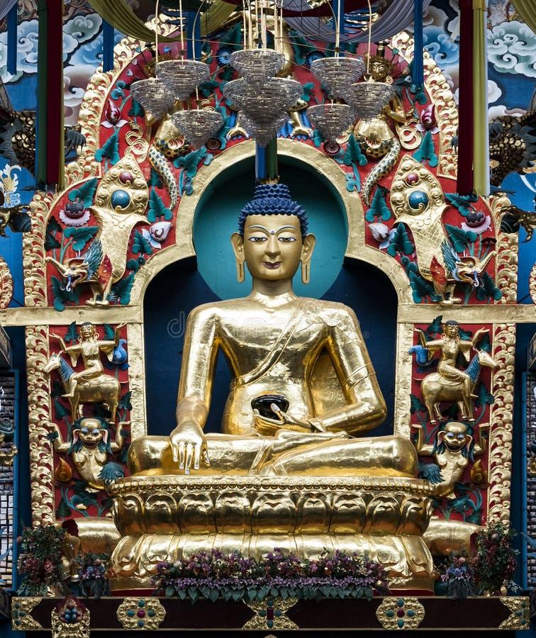Estátua dourada de Gautam Buddha no monastério de Namdroling em Bylakuppe, Karnataka, Índia imagem de stock