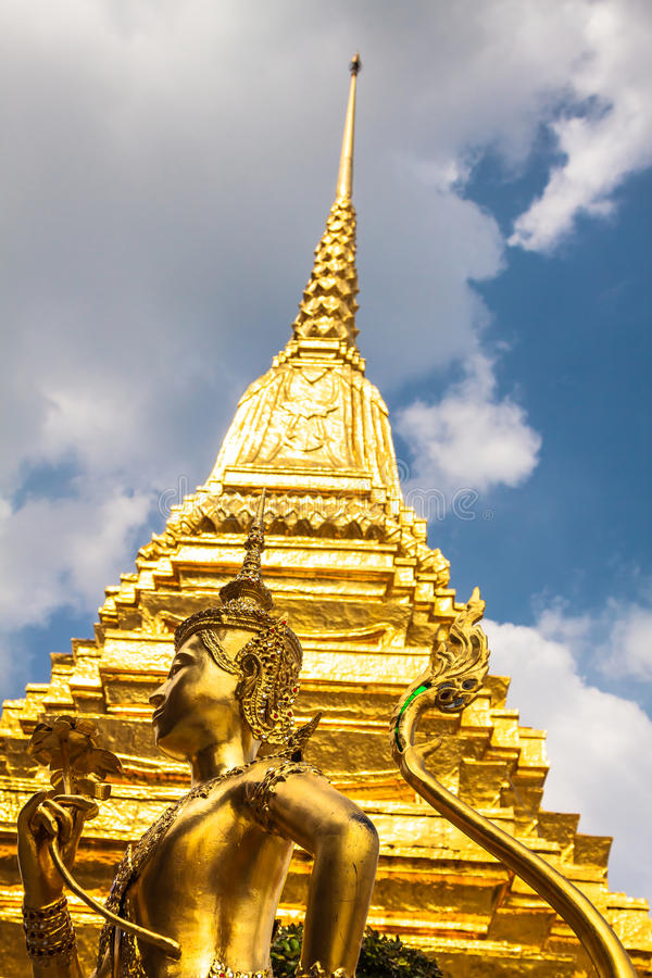 Estátua dourada de Kinnari no templo de Emerald Buddha (Wat Phra Kaew fotografia de stock