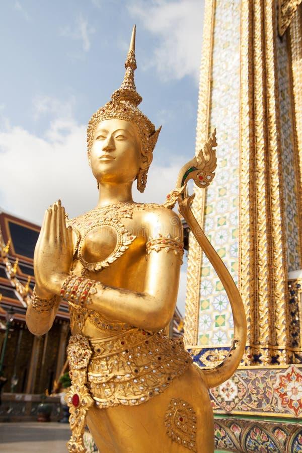 Estátua dourada de Kinnari no templo de Emerald Buddha, Wat Phra Kaew foto de stock royalty free