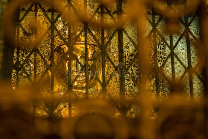 Estátua dourada de Mahamuni buddha no pagode de Maha Myat Muni imagem de stock royalty free