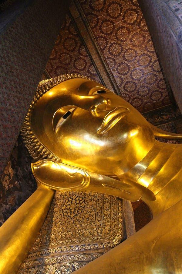 Estátua dourada de reclinação de buddha em Wat Pho, Banguecoque, Tailândia imagem de stock