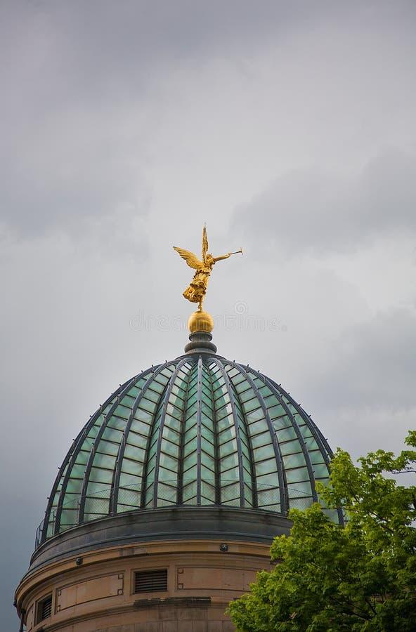 Estátua dourada do anjo com a trombeta na parte superior imagem de stock