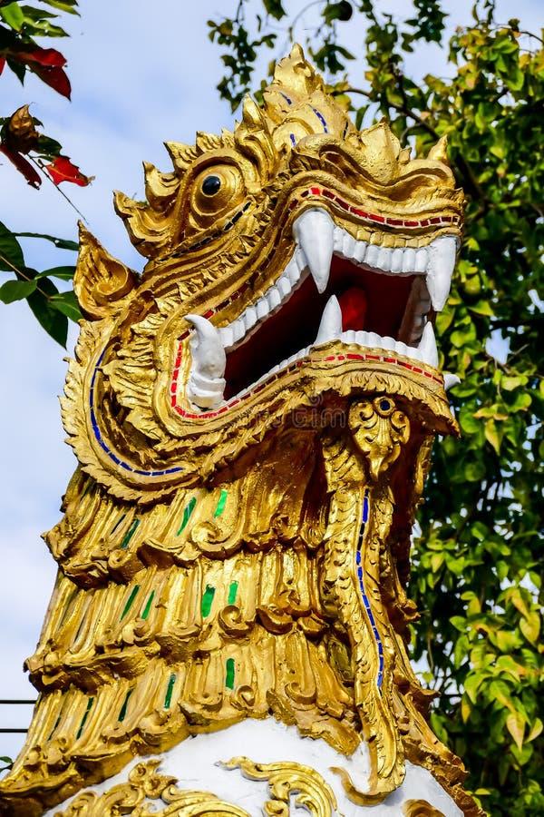estátua dourada do dragão no templo tailandês, imagem digital da foto como um fundo foto de stock