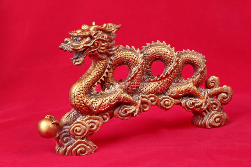 Estátua dourada do dragão no vermelho, para comemorar para o festival chinês foto de stock