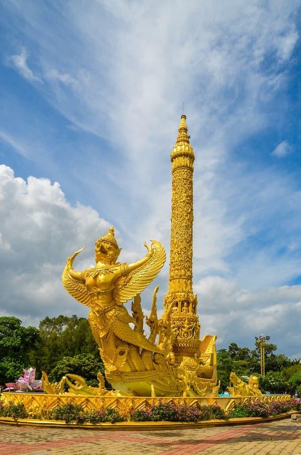 Estátua dourada do garuda imagens de stock royalty free