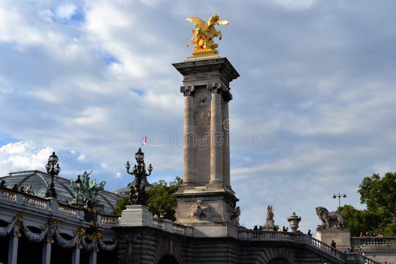 Estátua dourada em Pont Alexandre III, telhado grande de Palais, vista do rio de Siene fotos de stock