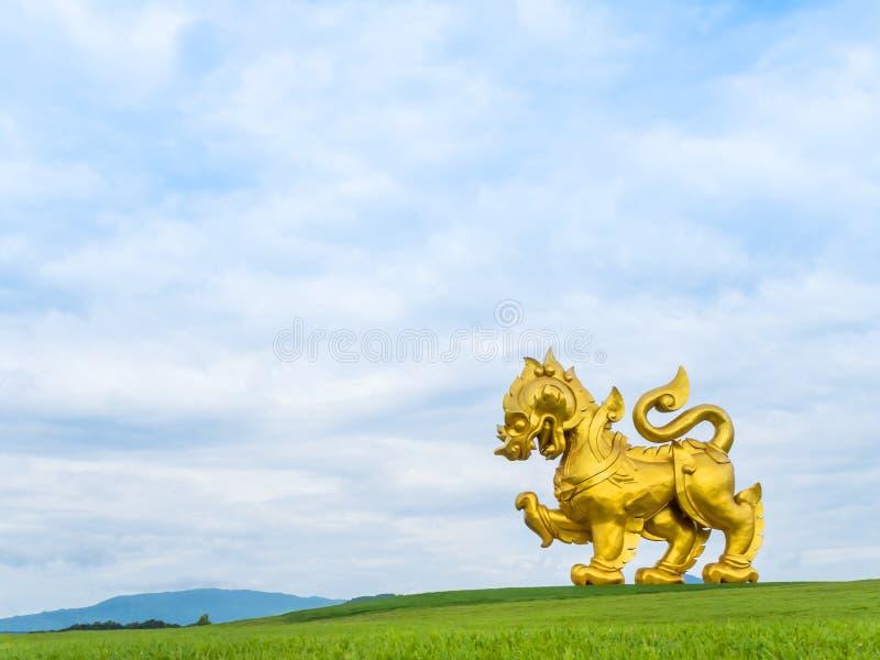 Estátua dourada gigante do leão (logotipo do parque de Singha) imagens de stock royalty free