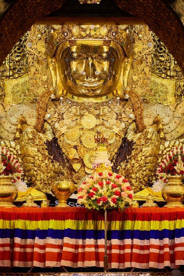 Estátua dourada grande da Buda de Mahamuni em Mandalay fotografia de stock