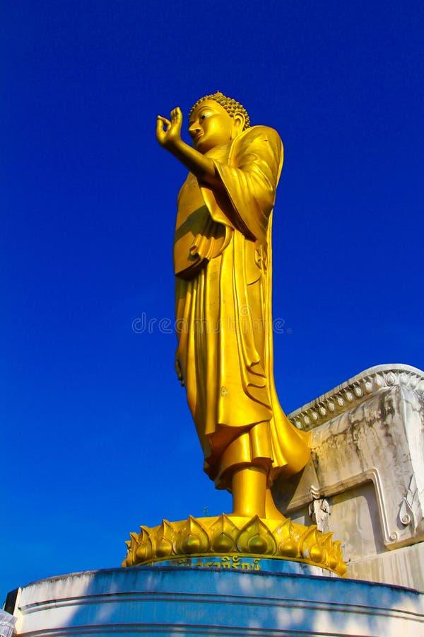 A estátua dourada grande de buddha fotografia de stock