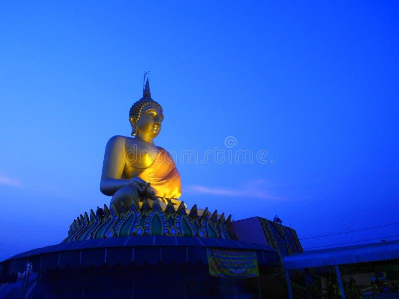 Estátua dourada grande de Buddha fotografia de stock royalty free
