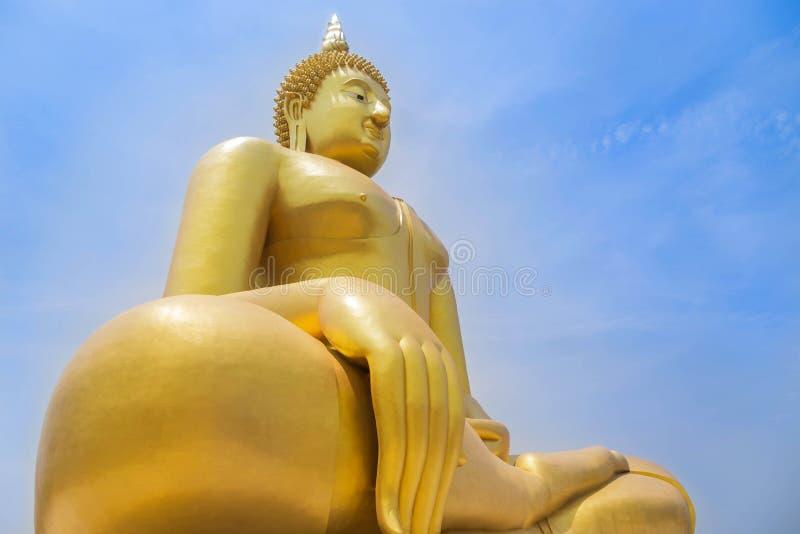 A estátua dourada a mais grande de buddha que senta-se no templo tailandês público do muang do wat na província do angthong, Tail fotografia de stock royalty free