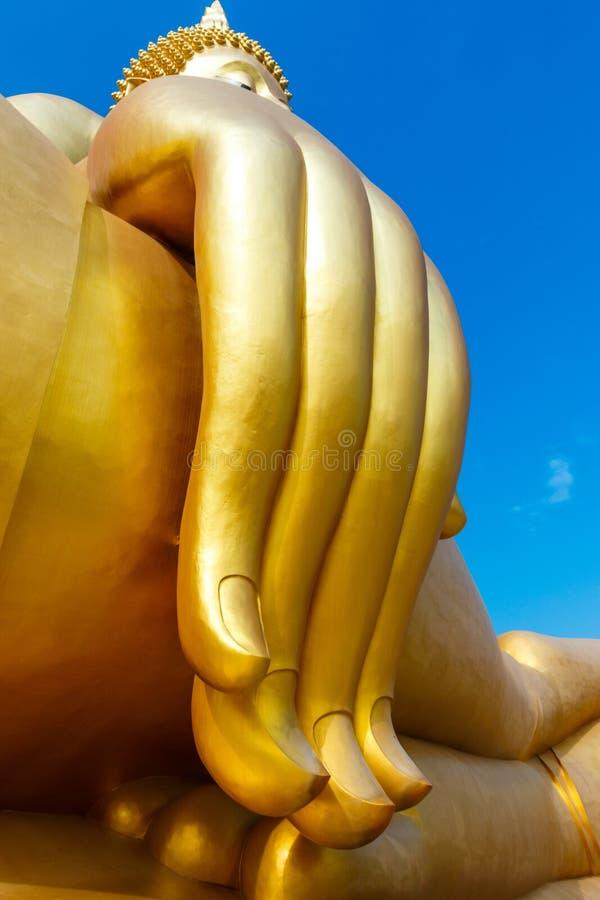 A estátua dourada a mais grande de buddha que senta-se no templo tailandês público do muang do wat na província do angthong, Tail fotos de stock