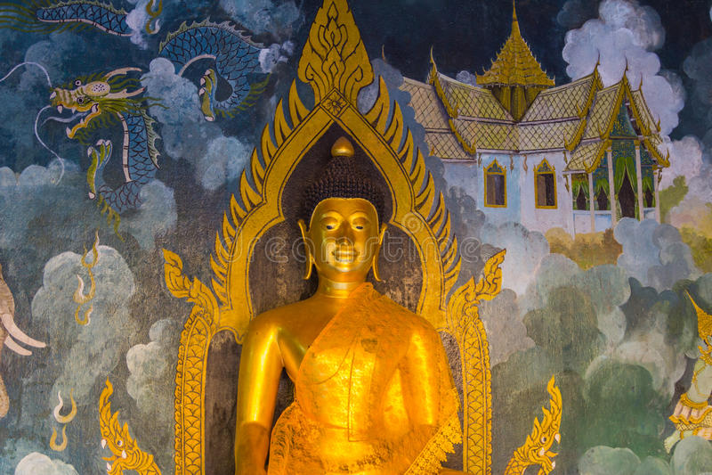 A estátua dourada tailandesa, artes tailandesas da Buda. foto de stock