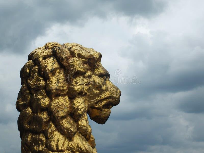 estátua dourada velha do leão no perfil que decora a câmara municipal histórica do rochdale contra um céu dramático foto de stock