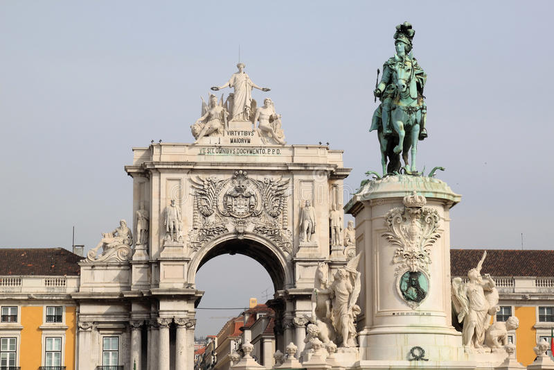 Estátua e arco triunfal em Lisboa, Portugal foto de stock royalty free